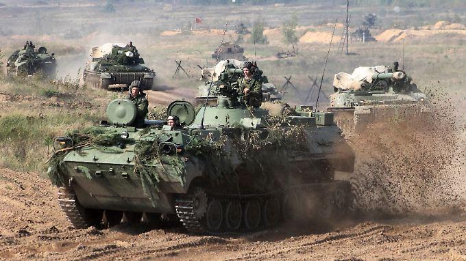 Schweres Gerät im Einsatz: Mit Schützenpanzern und schwerer Artillerie rollen weißrussische Einheiten ins Manöver.
