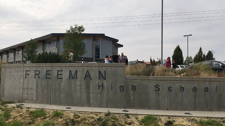 Besorgte Eltern haben sich am Morgen vor der Highschool in Rockford versammelt.