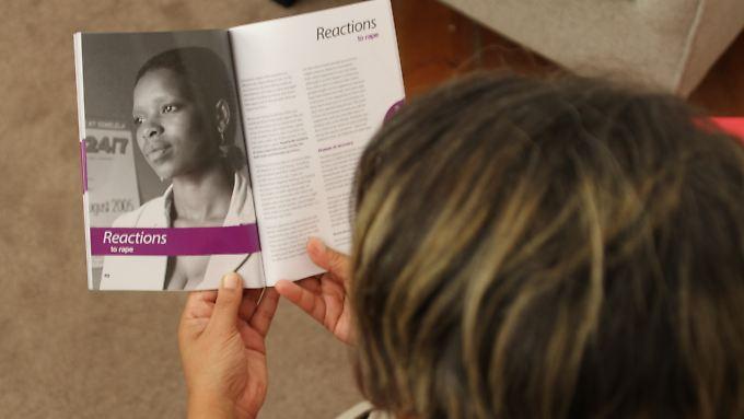 Barbara Williams, die Leiterin des psychologischen Beratungsdienstes der Hilfsorganisation Rape Crisis in Kapstadt (Südafrika), blättert in einer Broschüre für Vergewaltigungsopfer.