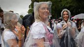 Bierselig unterm Regenschirm: Die Wiesn startet feucht