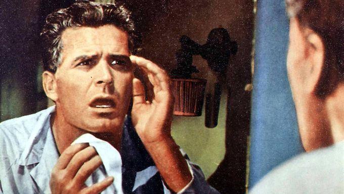 """Als Jefferson Pike (James Garner) erwacht, stellt er entsetzt fest, dass er gealtert ist. (Szene aus """"36 Hours"""", 1965)"""