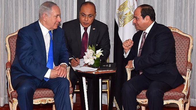 Berichten zufolge soll Al-Sisi (r.) in der Vergangenheit bereits an geheimen Gesprächen mit Netanjahu (l.) beteiligt gewesen sein.
