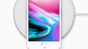 Würde es nicht auf einem Ladepad liegen, könnte man das iPhone 8 auch für ein iPhone 7 halten.