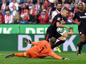 Kölns Keeper Timo Horn im Zweikampf mit Frankfurts Gacinovic, der daraufhin zu Boden sank.