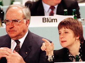 Hinsichtlich der Amtszeit ist Helmut Kohl Merkel noch vier Jahre voraus.