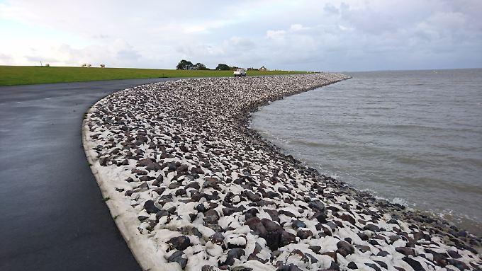 Läuft sehr flach aus: der im Frühjahr 2017 eingeweihte Klimadeich auf Nordstrand, im Westen von Husum. Er ist 8,70 Meter hoch - und kann noch weiter wachsen.