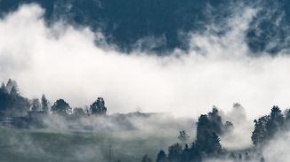 Nach strahlendem Sonnenschein: Dunkle Wolken schieben in der Nacht goldenen Herbst weg