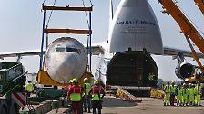 Alles an diesem Transport ist spektakulär - auch die Entladung der Boeing aus dem gewaltigen Bauch der Antonow.