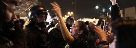 Protest vor Wahlparty: Hunderte demonstrieren gegen AfD