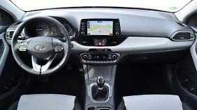 Nicht aufregend, aber funktional gibt sich der Arbeitsplatz des Fahrers im Hyundai i30 Kombi.