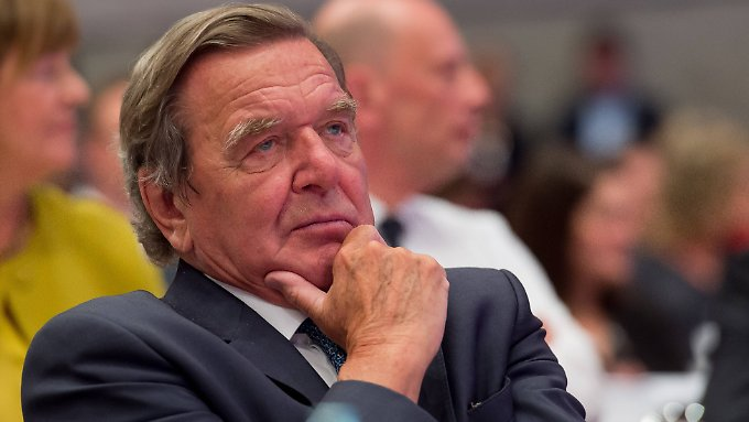 Gerhard Schröder schiebt rasch hinterher, dass nun andere zu entscheiden hätten.