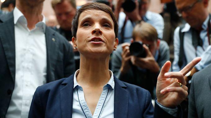 Frauke Petry verlässt die Bundespressekonferenz, nachdem sie bekannt gegeben hat, kein Mitglied der AfD-Fraktion zu werden.