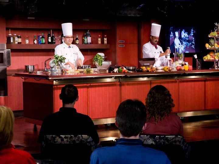 """Profis der US-Kochshow """"America's Test Kitchen"""" geben auf Schiffen von Holland America Line Tipps zur Zubereitung von Gerichten."""