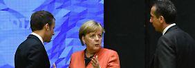 Angela Merkel in Tallinn, hier im Gespräch mit Frankreichs Staatspräsident Emmanuel Macron (l.) und dem österreichischen Bundeskanzler Christian Kern.