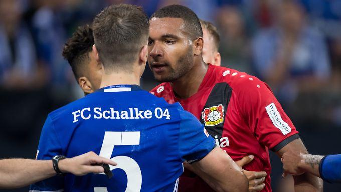Kleiner Disput zwischen Schalkes Matija Nastasic und Leverkusens Jonathan Tah.