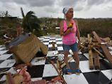 Kein Obdach, kein Strom, kein Benzin - und nur eine von 69 Kliniken der Insel ist voll arbeitsfähig: Diese Puertoricanerin steht ratlos in Trümmern ihres Hauses.