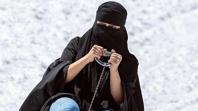 Touristinnen, die ihr Gesicht nicht zeigen wollen, müssen in Österreich mit Geldstrafen rechnen.
