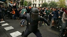 Polizei stürmt Wahllokale: Katalonien zählt mehr als 300 Verletzte