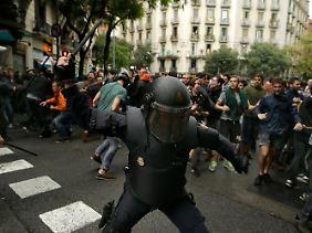 In voller Einsatzmontur mit Knüppel und Gummigeschossen gegen die Masse: Das harte Vorgehen der spanischen Polizei ruft Entsetzen hervor.