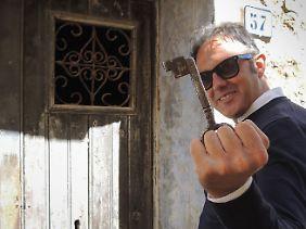 Alessandro Cilibrasi mit einem Schlüssel, der zu einem Ein-Euro-Haus in Gangi gehört.
