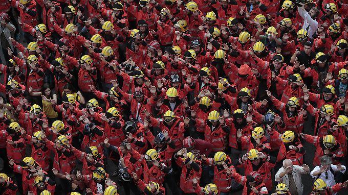 Feuerwehrleute schließen sich den Protesten gegen Polizeigewalt in Barcelona an.