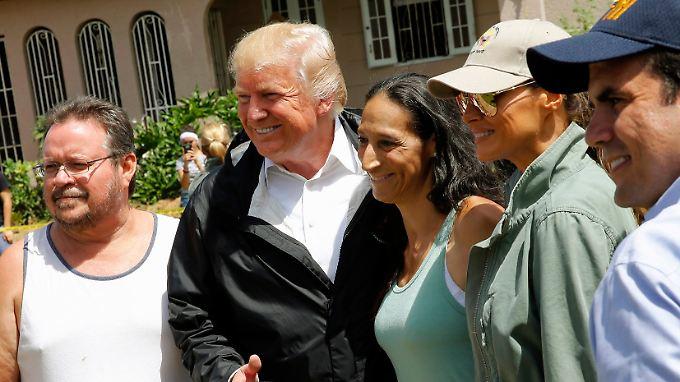 """Trump traf sich auch mit Opfern des Hurrikans """"Maria""""."""