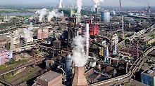 Blick auf das Thyssenkrupp-Stahlwerk in Duisburg-Bruckhausen.
