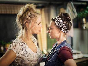 Veronica Ferres und Magdalena Boczarska in einer Filmszene.