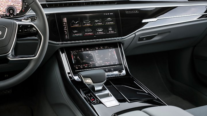 Zwei große Touchscreens in der Mittelkonsole bilden im Audi A8 die Steuerzentrale.