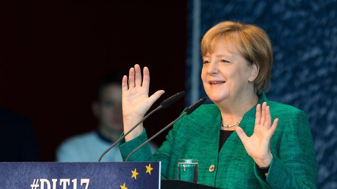 Merkel erhält Applaus für ihre Ankündigung, einen Koalitionsvertrag von einem Parteitag absegnen zu lassen.