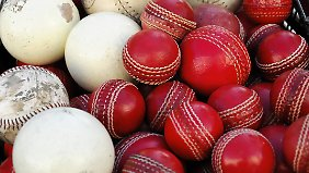 Cricketbälle können Geschwindigkeiten von bis zu 160 km/h erreichen.