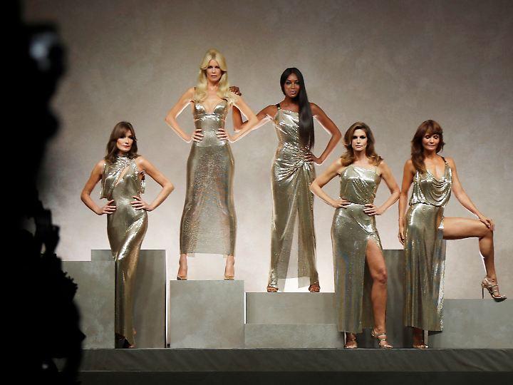 Carla Bruni, Claudia Schiffer, Naomi Campbell, Cindy Crawford und Helena Christensen (v.l.) am 22. September 2017 in Mailand bei Dolce & Gabbana.