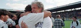 Those were the days: Klaus Toppmöller feiert. Mit dem VfL Bochum hat er an diesem 24. Mai 1997 just den FC St. Pauli mit 6:0 besiegt - Uefa-Pokal!