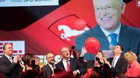 Martin Schulz unterstützt Ministerpräsident Stephan Weil im niedersächsischen Wahlkampf.