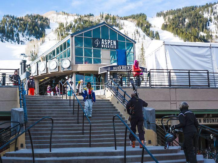 Talstation der Seilbahn für Skifahrer und Snowboarder am Aspen Mountain.