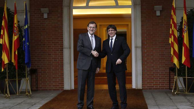 Im April 2016 konnten sich Mariano Rajoy und Carles Puigdemont noch die Hand geben.