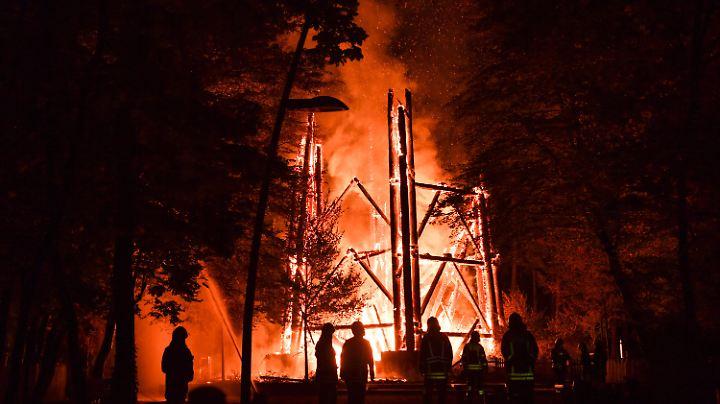 Die Feuerwehrleute konnten den Holzbau nicht mehr vor dem Untergang bewahren.