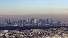 Blick auf das Geschäftsviertel La Défense am Horizont.