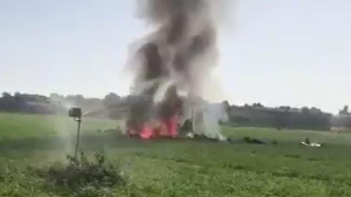 Flammen, Rauch und Flugzeugteile: Der Eurofighter stürzte auf ein Feld.