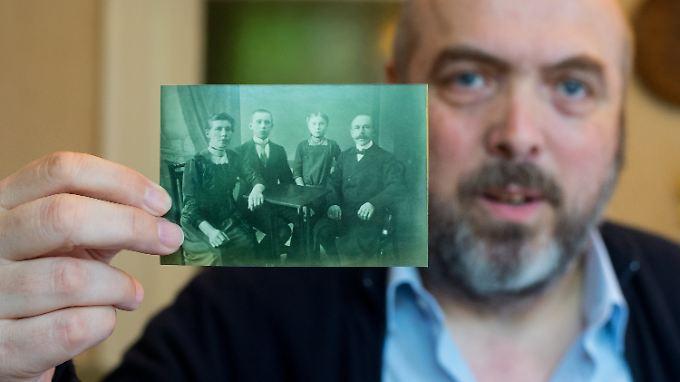 Hobbyhistoriker Jürgen Könneker mit einem Foto von Heinrich Held, dessen Eltern und seiner Schwester.