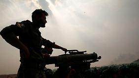 Ein Peschmerga-Kämpfer im Kampf gegen die Terrorormiliz IS.