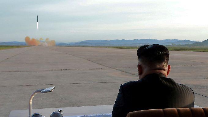 Nordkoreas Diktator Kim Jong Un beobachtet einen Raketenstart.