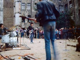Mai 1985: Privat organisiertes Punkkonzert im Hirschhof, in einer nicht so idyllischen Ecke.