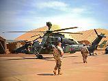 """Einsatz in Mali: Ein Kampfhubschrauber vom Typ """"Tiger"""" wartet vor seinem Hangar am Flugfeld im """"Camp Castor"""" in Gao."""