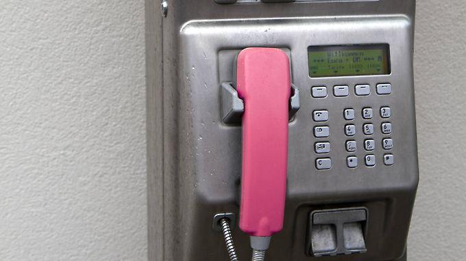 Im Jahr 2004 gab es in Deutschland noch mehr als 100.000 Telefonzellen - später dann setzte sich das Handy vollends durch.