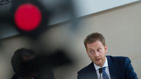 Als seinen Nachfolger schlug Tillich Michael Kretschmer vor, bislang Generalsekretär der sächsischen CDU.