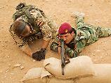 Eine von vielen Einweisungen aus der letzten Jahre: Ein Bundeswehrsoldat und ein kurdischer Peschmerga nahe Erbil.