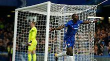 Flieger vom Sieger: Antonio Rüdiger feiert sein 1:0 für Chelsea gegen Everton.