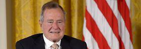 Ex-Präsident entschuldigt sich: Frauen beschweren sich über Bush Senior