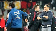 """""""Der Oktober war goldig für uns."""" Eintracht Frankfurts Trainer Niko Kovac (r.) ist nach dem Remis in Mainz mit seinem Team seit fünf Spielen in Bundesliga und Pokal unbesiegt."""